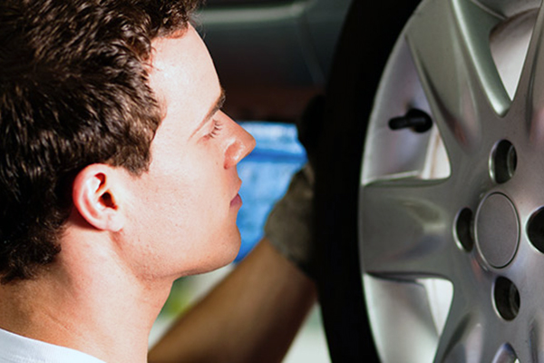 I oktober sætter knap hver tredje bilist vinterdæk på bilen for at køre mere sikkert, viser undersøgelse fra Applus Bilsyn. Få her synskædens gør-det-selv-råd til hvordan du skifter dæk korrekt, og hvilket udstyr du skal have.