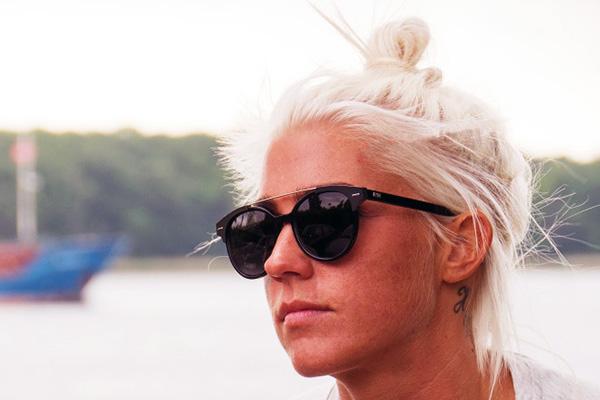 Øget konkurrence fra nye danske og udenlandske online brille butikker betyder, at der er mange penge at spare ved at sammenligne priser inden du køber de eftertragtede og normalt dyre solbriller.