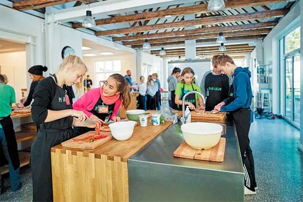 Arlas Fondensmaddannelsestilbud MADlejr til børn i 6. og 7. klasse er så populært i de danske skoler, at 60 procent af klasserne får afslag, fordi der er rift om pladserne. Derfor har Arla Fonden nu sat sig et ambitiøst mål frem mod 2025 om at skabe så mange MADlejre, at 10.000 skoleelever hvert år kan blive klogere på mad, måltider og livsstil og får en bedre madforståelse.