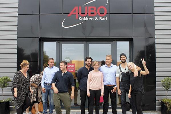 """Det er den vestjyske køkkenproducent AUBO, der leverer køkken og bad, når fire danske par kæmper om at vinde deres helt eget drømmehus i TV2 programmet Nybyggerne. """"Vi får en god eksponering, og deltagerne får kvalitetskøkkener"""", lyder det fra AUBO-ledelsen."""