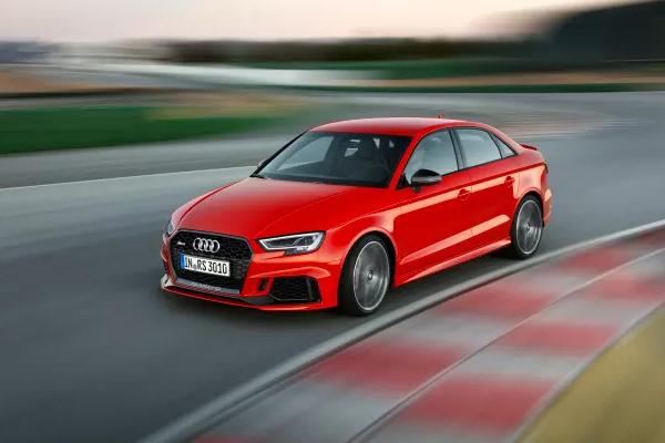 På biludstillingen i Paris præsenterer Audi den mest dynamiske model i A3-modelrækken: Audi RS 3 Limousine. Med sin 400 hk 5-cylindrede motor er RS 3 Limousine den første kompakte Audi Limousine med RS-betegnelse.