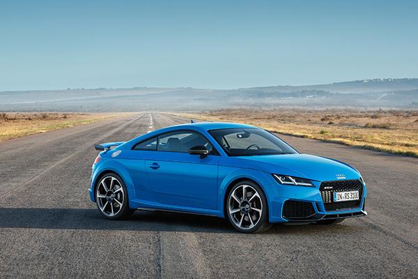 Audi Sport har gjort topmodellen i TT-modelrækken endnu skarpere – både som Coupé og Roadster. Den femcylindrede motor yder 400 hk og ledsages af en umiskendelig femcylindret lyd. TT RS lander hos forhandlerne i foråret 2019.
