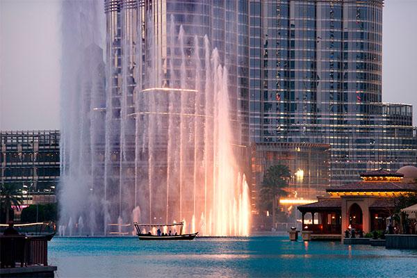 Antallet af danskere, der holder ferie i Dubai, er stigende. I 2016 besøgte hele 60.654 danskere Dubai, svarende til en stigning på 8 pct. i forhold til året før. Den solrige ørkenstat slog samtidig sin totale besøgsrekord, idet i alt 14,9 millioner udenlandske gæster besøgte landet i 2016. Antallet af hotelværelser er også højere end nogensinde og har nu rundet 100.000.