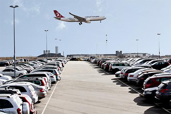 Der er rift om parkeringspladserne i Københavns Lufthavn denne sommer.