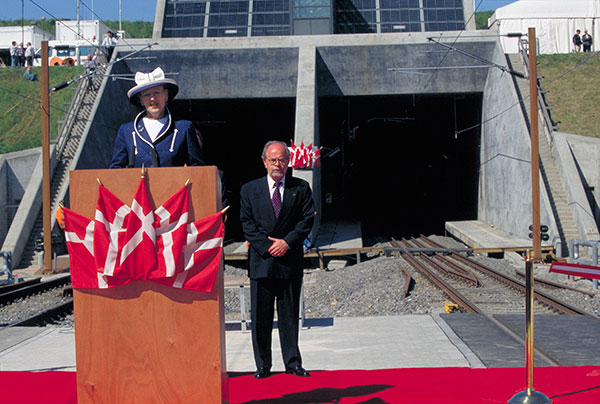 6. april 1997 kørte det første godstog gennem tunnelen under Storebælt. To måneder senere åbnede jernbanen for passagerer, som nu kunne komme over Storebælt på 12 minutter frem for en time med færge. Jernbanen og tunnelen har en levetid på op til 100 år. Derfor arbejder Sund & Bælt intensivt med data, som trækkes ud af de banetekniske anlæg, til intelligent vedligehold.