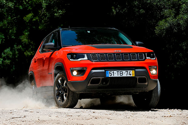 Jeeps nyeste SUV, den rummelige Compass, er nu klar til at indtage det danske marked. Den helt nye model fra Jeep er en flot veludstyret bil, som både kan bruges i dagligdagen med familien eller til seriøs terrænkørsel. Jeep Compass er en ægte Jeep og tro mod sit ophav.
