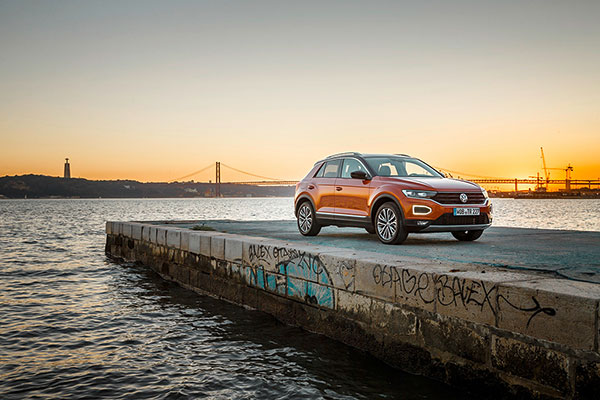 Volkswagen melder sig i klassen for kompakte crossoverbiler med introduktionen af den nye T-Roc, der kombinerer SUV-egenskaber med coupédesign og køredynamik som en Golf.