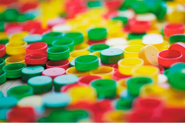 Siden 2015 har danskerne indsamlet plastiklåg fra Arlas mælkekartoner, så de kan genanvendes til gavn for miljøet. Nu har Arla talt plastiklågene op, og i 2018 blev der indsamlet 438.000 plastiklåg. Dermed når indsamlingen et samlet resultat på hele 2.460.296 plastiklåg. Og det tal bliver endnu højere i 2019, hvor startskuddet til indsamlingen lyder netop nu.
