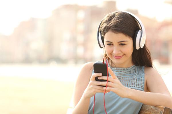De unge forbrugere er vejen til vækst for medie- og underholdningsbranchen, der i Danmark kommer til at opleve en gennemsnitlig vækst på ca. 3 % om året frem mod 2020, hvilket er under det globale gennemsnit på 4,4 %. Den digitale udvikling giver plads til nye spillere og byder på nye muligheder for de eksisterende, viser en ny stor medie- og underholdningsanalyse fra PwC.