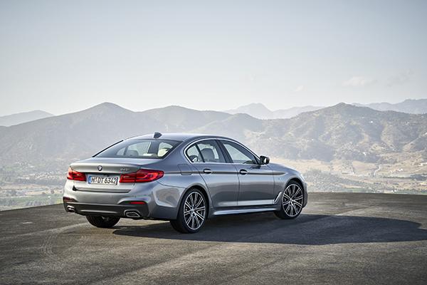 Den syvende generation af den legendariske BMW 5-serie Sedan kan opleves på de danske veje fra februar 2017. Modellen er lettere, mere dynamisk, mere økonomisk og helt i kontakt med omverdenen. Med den nye BMW 5-serie Sedan er automatiseret kørsel kommet et skridt nærmere. BMW lancerer verdens mest succesfulde firmabil i ny og innovativ fortolkning.