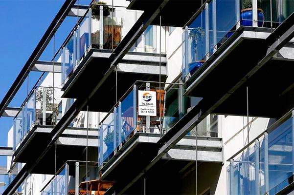Priserne på både ejerlejligheder og huse steg i juni, det viser dugfriske tal fra Danmarks Statistik.