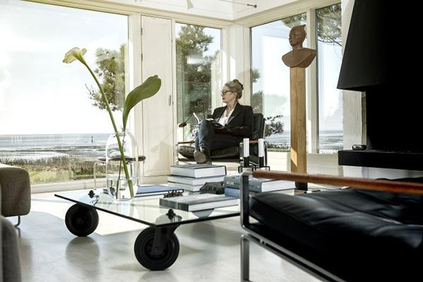 Designekspert og journalist Susanne Holte er fast artikelleverandør til flere store danske magasiner og har derfor mange kunder i København. Alligevel kunne hun ikke drømme om at flytte fra sit hus i Esbjerg, hvor der er højt til loftet og udsigt over Ho Bugt.