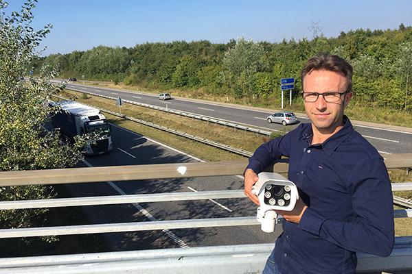 Effektivt værn på motorvejsbroer i Danmark skal sætte en stopper for den seneste bølge af stenkast. Det stigende problem skaber stor utryghed blandt de danske bilister på motorvejene, og myndighederne har endnu ikke fundet løsningen, som ellers ligger lige for. Løsningen er nemlig tilgængelig og både statistikkerne og erfaringer, viser at den har stor effekt.
