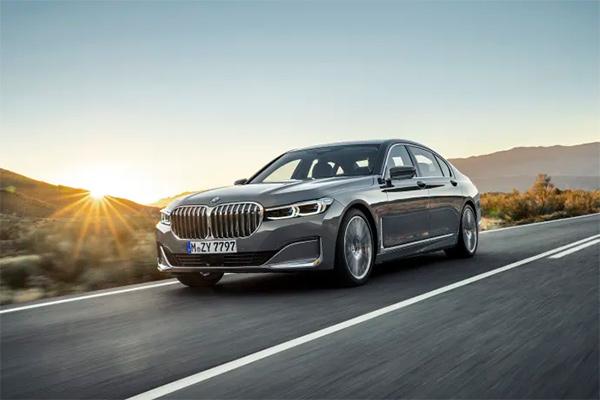 BMW 7-serien har altid stået for innovation, luksus og sofistikeret elegance. Nu får modellen en endnu skarpere profil, når den fra marts måned fås i en opdateret version.