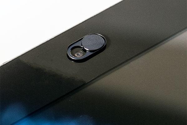 Undgå at blive offer for spionage hvis dit webcam bliver hacket. Årets mandelgave giver ekstra sikkerhed til modtageren.