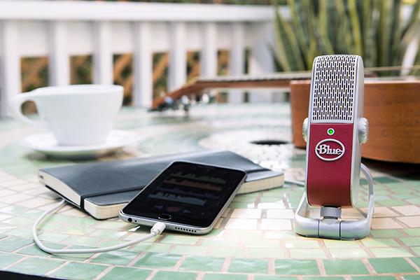 Det nyeste skud på stammen fra Blue, Raspberry, er den ultimative mobile USB-mikrofon. Den er ikke meget større end en håndflade, men alligevel leverer den lydoptagelse på niveau med professionelle studier, uanset om man optager stemmer eller instrumenter – og uanset hvor man befinder sig.