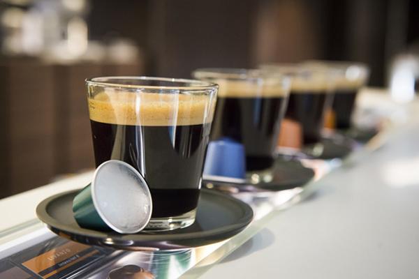 Espressobaseret kaffe fra fx kapselmaskiner eller fuldautomatiske maskiner fortsætter med at stige i popularitet. Så selvom mange danskere fortsat drikker mest filterkaffe, haler de espressobaserede kaffer langsomt ind på pladsen som danskernes foretrukne kaffe. Det viser Nespressos årlige undersøgelse af danskernes kaffevaner.