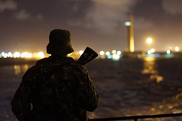 """Fire mænd brutalt skudt ned på åbent hav. Ingen lig eller fysiske beviser. Eneste spor er en mobiloptagelse af forbrydelsen. National Geographics """"Det lovløse hav"""" følger efterforsker Karsten von Hoesslins forsøg på at opklare de berygtede mord, der blev filmet og lagt op på YouTube."""