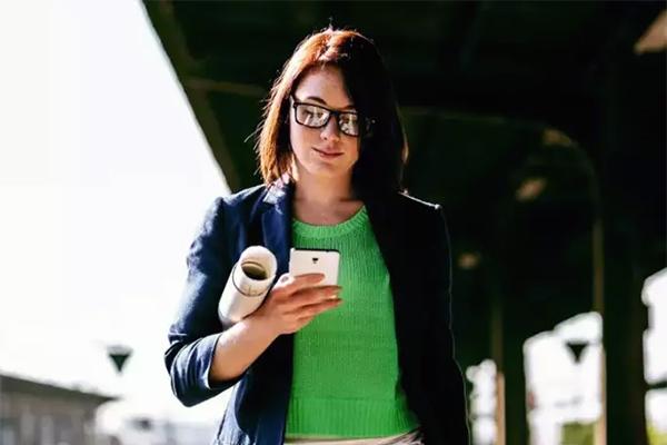TDC Group leverer onsdag morgen et kvartalsregnskab i tråd med forventningerne til helåret. Regnskabet for årets andet kvartal viser, at TDC Group øger sin kundebase med i alt 26.000 mobilkunder, og det er lykkedes at stabilisere omsætningen per mobilkunde (ARPU) på privatmarkedet. For første gang i fem år er der vækst i bruttoavancen på mobilforretningen.