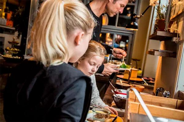 Hver anden dansker er 'overvældet af sundheds – og kostinformationer' og 'forvirrede' af al den information, de får om sundhed og ernæring, viser ny undersøgelse. Det vil Arla og fødevarebranchen gerne afhjælpe, men stramme regler gør det svært.