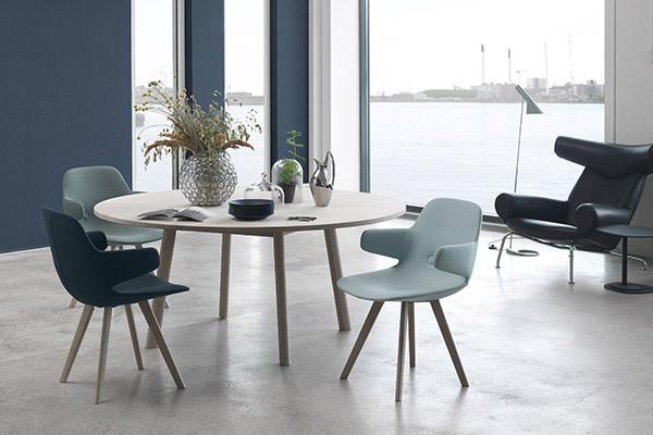 Eyes Arm stolen omfavner dig med åbne arme og er den sidste nye tilføjelse fra designerne Foersom & Hiort-Lorenzen til Erik Jørgensens Eyes-famile. Med det lille armlæn har stolen fået endnu en menneskelig dimension.