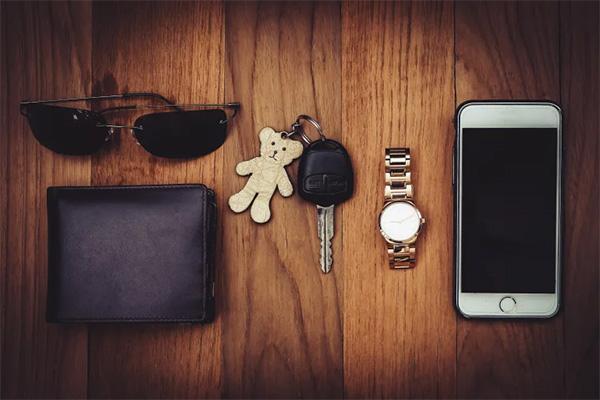 Hvad er egentlig værst at miste i dag? Din mobiltelefon med alle dine kontakter, billeder og personlige beskeder – eller din pengepung, betalingskort eller nøglerne til hjemmet?