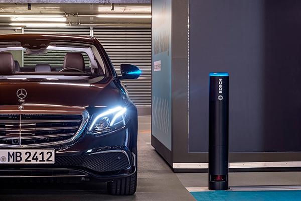 Det automatiske parkeringssystem henter og bringer bilen helt uden indblanding. Systemet anvendes allerede i p-huset, der hører til Mercedes-Benz-museet i Stuttgart.