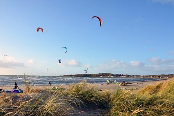 Når danskerne for alvor skal have luft under vingerne – eller rettere i sejlet og dragen - tager de turen over Øresund og lader de svenske vinde lægge energi i sporten. Flere og flere danskere tager nemlig til Sverige for at wind-, wave- og kitesurfe, og det samme gælder den nyere disciplin, SUP (Stand Up Paddleboard). Det oplever man i Halland, hvor man er glade for de mange danske gæster.