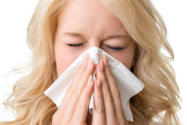 400.000 danskere lider af helårsalergi, som ubehandlet kan udvikle sig til astma. Her i den kolde tid risikerer mange danskere ikke at få den korrekte behandling, da de forveksler deres allergisymptomer med forkølelse.