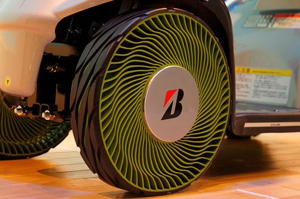 Slut med lappegrej eller dyre, besværlige besøg hos cykelhandleren, når cyklen igen-igen er flad. Og bilejerne kan snart tage reservehjul og donkraft ud af bagagerummet og frigøre plads til indkøbsposer og kufferter. Bridgestone lukker luften ud af det konventionelle dæk og introducerer et fremtidssikret alternativ uden luft - der ikke kan punktere.