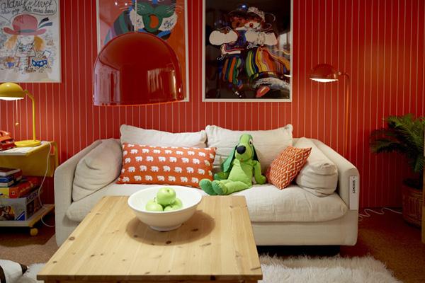 Sjælden er den dansker, der aldrig har aflagt IKEA et besøg for bagefter at kunne indrette et børneværelse, udskifte en sofa eller etablere nyt køkken. Men kender vi danskere egentligt - ud over IKEAs møbler og indretningsting - historien bag den måske mest kendte, svenske virksomhed og deres succesfulde indspark til den danske indretning? Den 30. juni slog IKEA Museum i Småland dørene op, hvorved vi kan komme om bag de prisvenlige møbler.