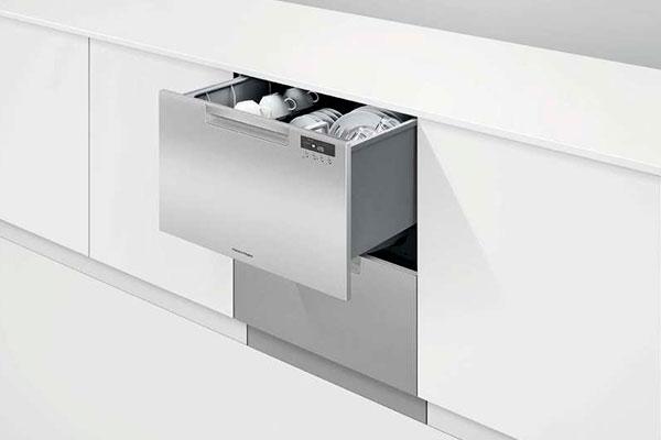 Klart ja. Den populære opvaskemaskine fra Fisher & Paykel er unikt design - og samtidig uhyre effektiv. Den er netop kommet i en opgraderet version. Perfekt til mindre familier og lejligheder; men også stor nok til tolv personer.