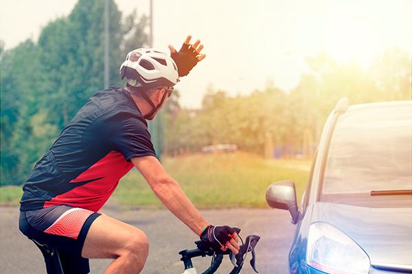 Har du smidt noget i hovedet på en cyklist i dag? Nej? Godt, men det er der så andre, der har, for bag rattet ændrer vi karakter og opfører os ofte, som om vi ejer vejen. Særligt mændene mister besindelsen, men nu skal en ny kampagne minde os om, at hensyn er vejen frem.