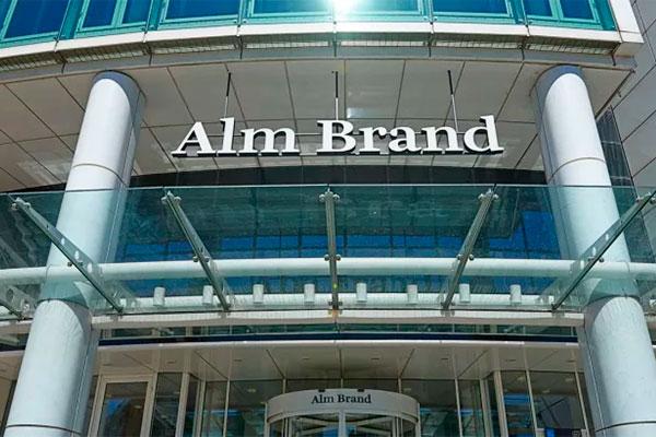 Facader, skilte og kreditkort for 17.500 kunder i Saxo Privatbank vil i løbet af 2018 skifte farve til Alm. Brands lyseblå logo.