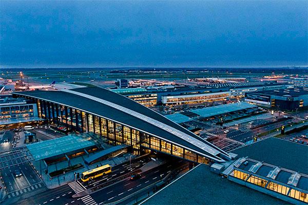 Københavns Lufthavne A/S gennemfører nu to initiativer, som begge reducerer den takst, flyselskaberne betaler for at bruge lufthavnen. For at styrke hubben i CPH indføres en ny incitamentsordning for højfrekvent feedertrafik fra regionale lufthavne. Samlet set bliver taksterne nedsat med gennemsnitligt 10%.