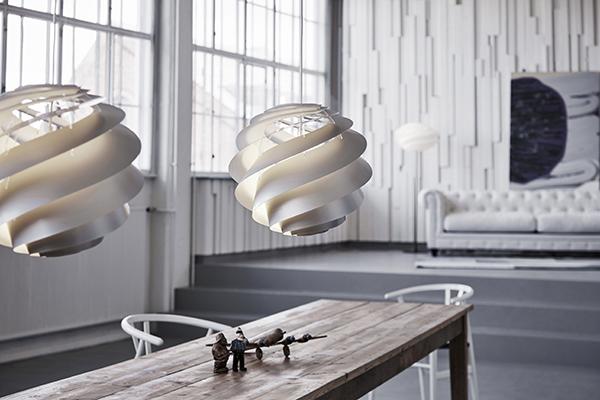 Nu lanceres lampeserien SWIRL i en fin afstemt sølvfarve. Alle SWIRL pendler, samt væg- og loftlamper leveres i den nye farve.