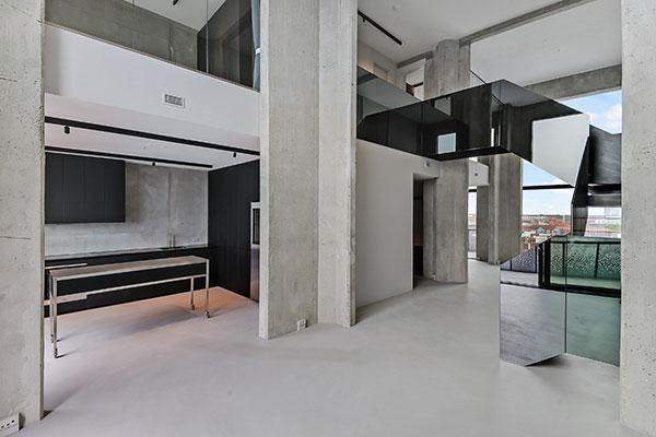 """Lejlighederne i The Silo i Københavns Nordhavn er nu næsten udsolgt. Af de i alt 40 lejligheder er der kun tre tilbage. De udbydes nu i en særlig """"COBE Edition"""", hvor arkitekterne bag bygningens forvandling også har designet lejlighedernes køkkener, bad og øvrige finish."""