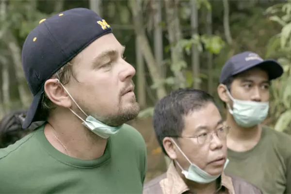 """De fleste kender Leonardo DiCaprio som Oscarbelønnet skuespiller, men han er også glødende miljøforkæmper og fredsambassadør for FN. Nu blander han sig i den amerikanske valgkamp med klimadokumentaren """"Before the Flood"""", der skal få amerikanerne til at tænke på miljøet, før de sætter deres kryds til præsidentvalget i november."""