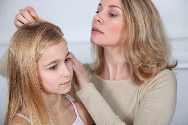 En ny undersøgelse viser, at danske forældre ikke er aktive nok, når deres børn får lus. De glemmer at informere skole og institution og kæmmer ikke ofte nok.