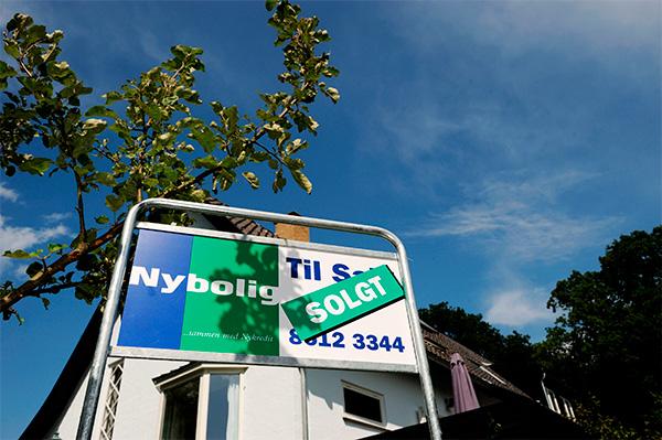 Huspriserne faldt i maj, mens priserne på  ejerlejligheder var stort set uændret. Det viser netop offentliggjorte månedstal fra Danmarks Statistik. Vi holder ejerlejlighedsmarkedet i København under lup og forventer prisstigninger her på 8,7% i 2017. De høje prisstigninger kræver is i maven hos boligkøberne.