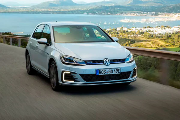 Som følge af regeringens ændring af registreringsafgiften er Volkswagens hybridbiler med modelbetegnelsen GTE faldet markant i pris og fås nu fra 365.990 kr.