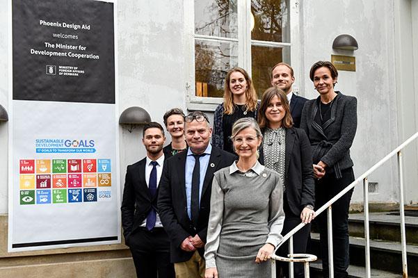 Udviklingsminister Ulla Tørnæs har i november besøgt hoenix Design Aid A/S. Her hørte hun blandt andet om, hvordan Phoenix Design knækkede koden til at samarbejde med FN ved at fokusere på netværk, miljø, kvalitet og bæredygtighedsprincippet.