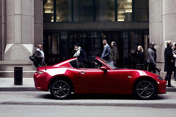 Den første hardtop-udgave af den nye Mazda MX-5 er netop rullet af båndet i Hiroshimal.