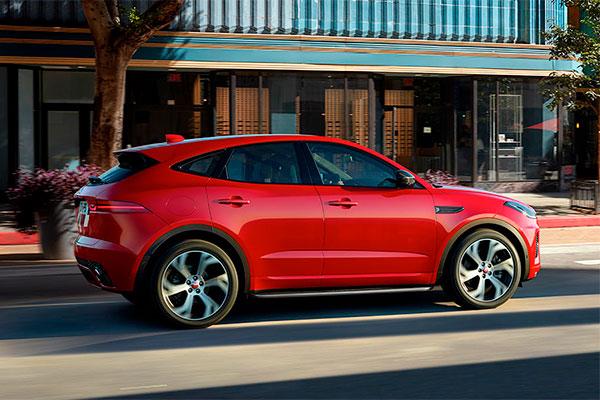 TEST: Jaguars nye kompakte SUV sikrer øgede salgstal til Jaguar. E-PACE har hentet sit design fra Jaguar F-TYPE, og det har frembragt en sportslig og kompakt SUV som hører til de frække i klassen.