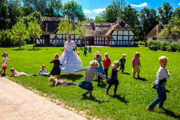 Dansk landsbyidyl møder friluftsteater, og eventyr vækkes til live. I år kan man på Frilandsmuseet nord for København træde ind i H.C. Andersens magiske eventyrverden.