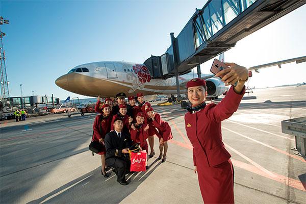 Air China åbner i dag sin første rute fra København til Beijing. Det vil betyde flere kinesiske rejsende i Danmark, vurderer erhvervsminister Brian Mikkelsen, der klippede snoren ved gate C37 i Københavns Lufthavn.
