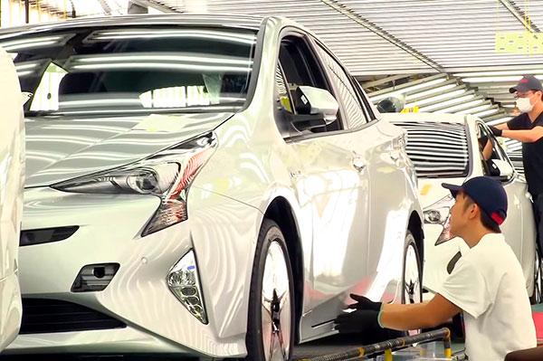 Toyota forbedrer løbende produktionslinjen på sine bilfabrikker. Senest har ny teknologi og nye processer reduceret størrelsen af malerlinjen og nedbragt CO2-udledningen med hele 32 procent. Forbedringerne sker helt i tråd med Toyotas overordnede miljøstrategi, der handler om at fjerne enhver CO2-udledning fra produktionen af biler inden 2050.