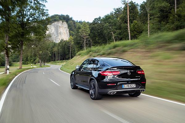 Mercedes-AMG udvider endnu engang porteføljen. Den nye GLC 43 4MATIC Coupé kombinerer et sporty, elegant design med de velkendte køreregenskaber fra AMG. Den 3-liters V6 biturbo-motor yder 270 kW (367 hk), mens gearskiftet er blevet endnu hurtigere med 9G-TRONIC.
