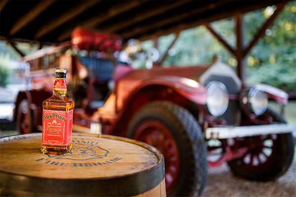 At starte en kæmpe brand ville få en i klemme i langt de fleste jobs. Men hos Jack Daniel's Distillery i Tennessee er det en del af jobbet.