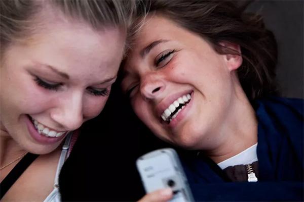 Danskerne elsker deres mobiltelefoner. Og danskerne elsker sociale medier. Ny undersøgelse fra TDC Group viser at hver tredje dansker er på sociale medier som det første om morgenen.